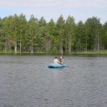 4. Mauri Sulkua ja muistoristiä viedään Palojärven kalmistosaareen - soutajana M. Jemeljanov