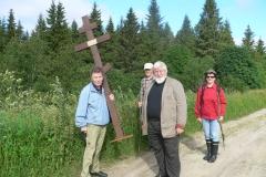 8. Niilo Rantsi kantaa ristiä. Mukana Mauri Sulku, arkkipiispa Leo ja Kaija Salmio.